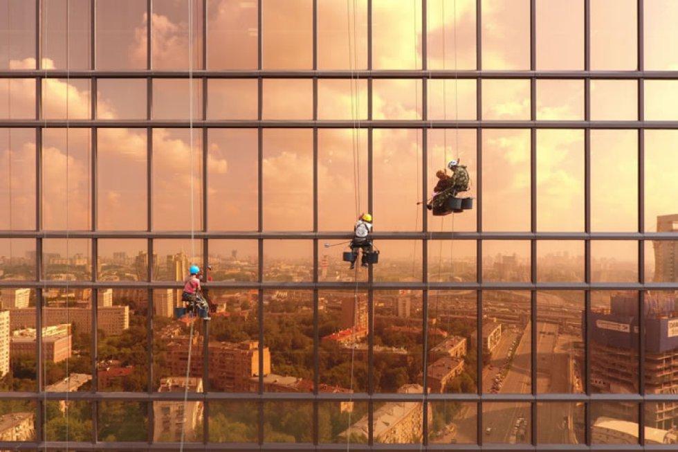 'Atardecer en la Torre Mercury': trabajadores sobre la fachada de la Torre Mercury en Moscú (Rusia)