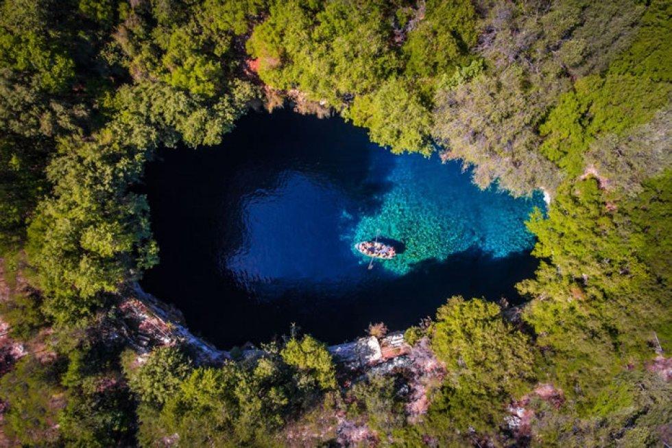 Cueva Melissani en la isla griega de Cefalonia (Gracia).