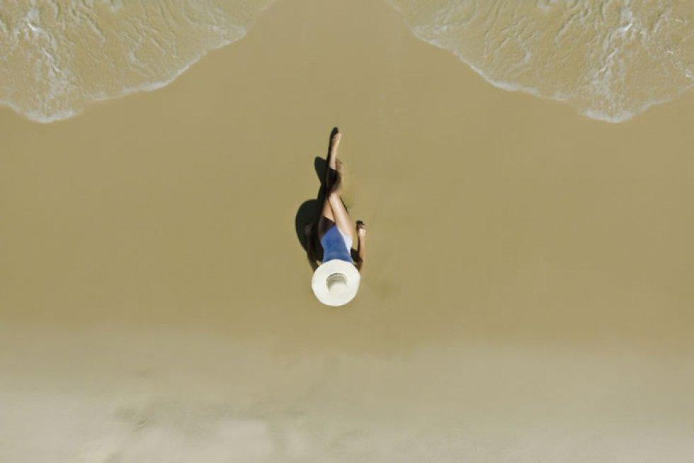 Una chica en una playa de Rio de Janeiro (Brasil).