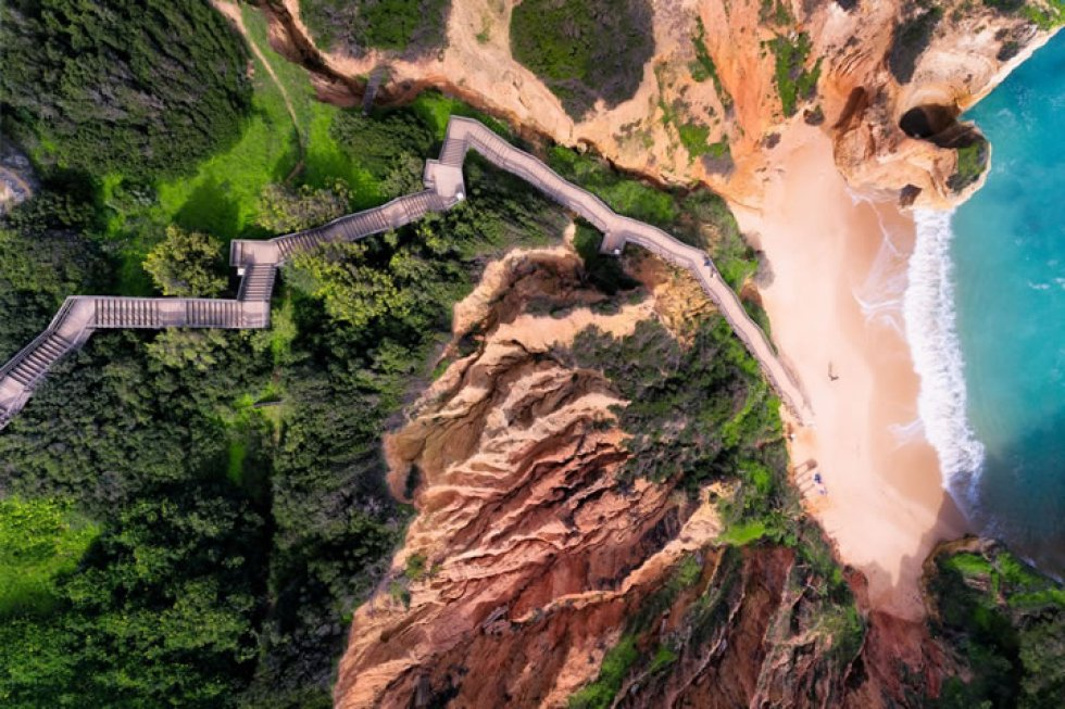 La enorme escalera que desemboca en una de las playas más bonitas del Algarve (Portugal).