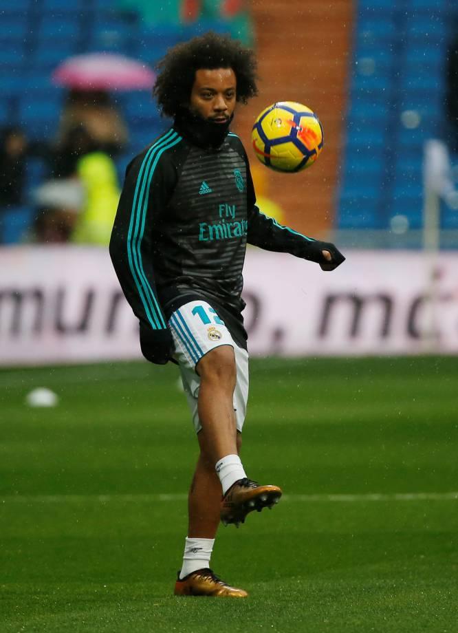 Marcelo, da unos toques a la pelota durante el calentamiento.