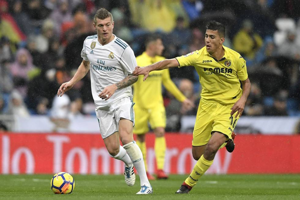 El jugador del Villarreal, Rodrigo Hernandez sujeta el brazo del madridista Toni Kroos.