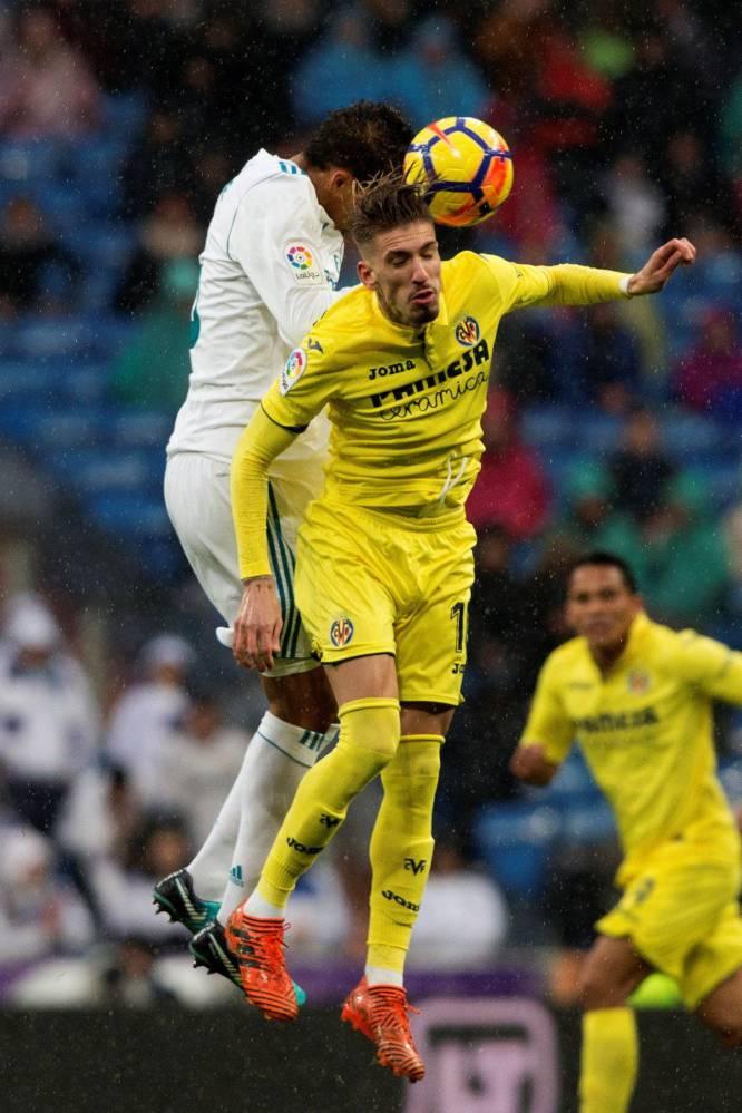 Varane pelea un balón con el centrocampista del Villarreal Samu Castillejo.