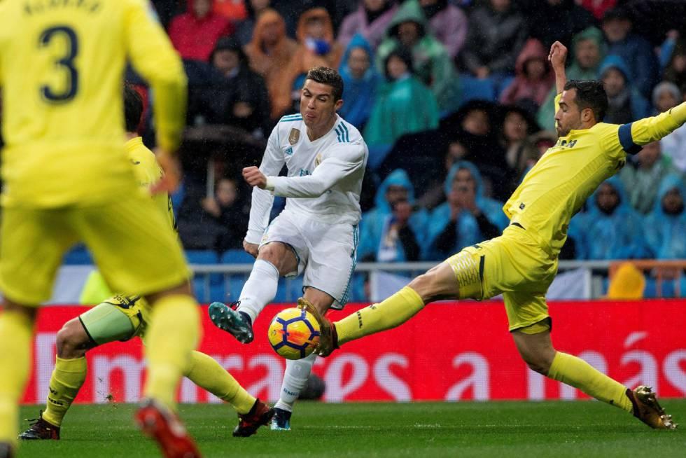 Cristiano Ronaldo rodeado de jugadores del Villarreal.