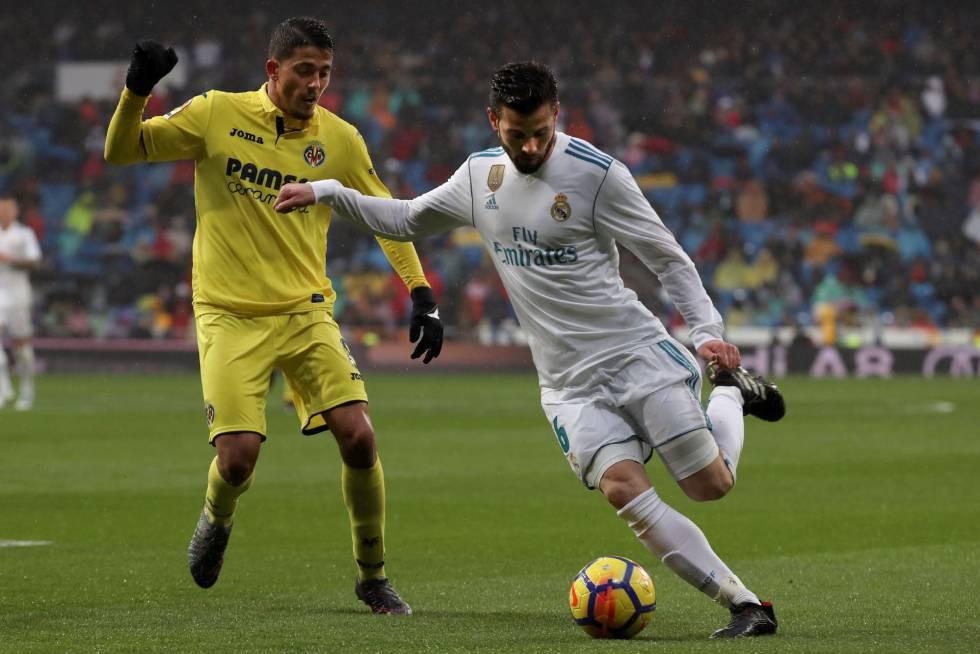 El defensa del Real Madrid Nacho Fernández pelea un balón con el centrocampista del Villarreal Pablo Fornals.