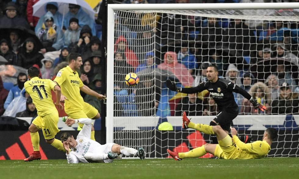El portero del Villarreal Sergio para un balón tras ser lanzado por Cristiano Ronaldo.