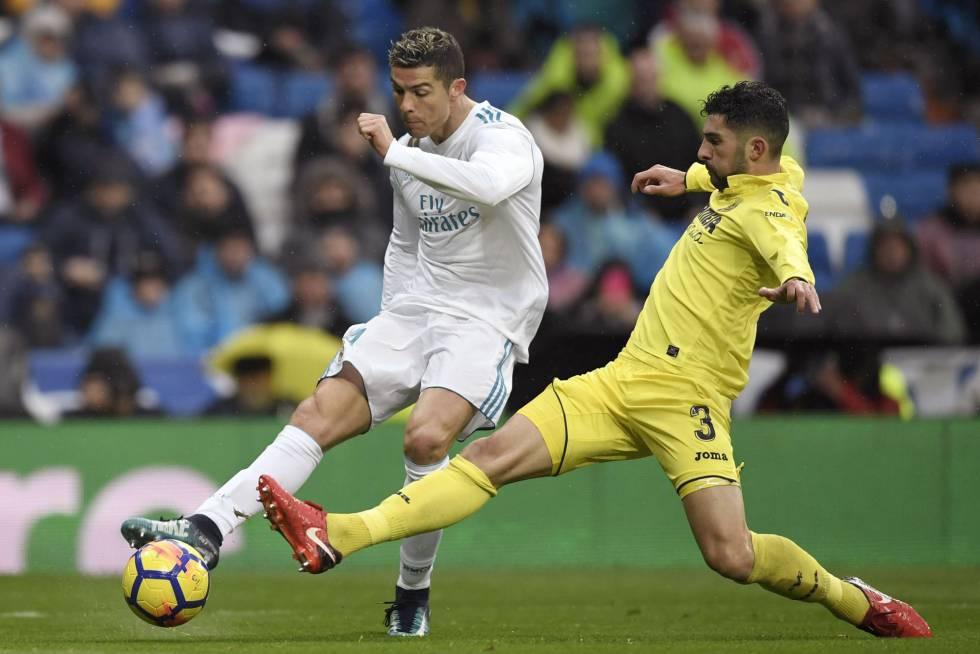 Ronaldo y Álvaro Gonáalez, luchan por el esférico.