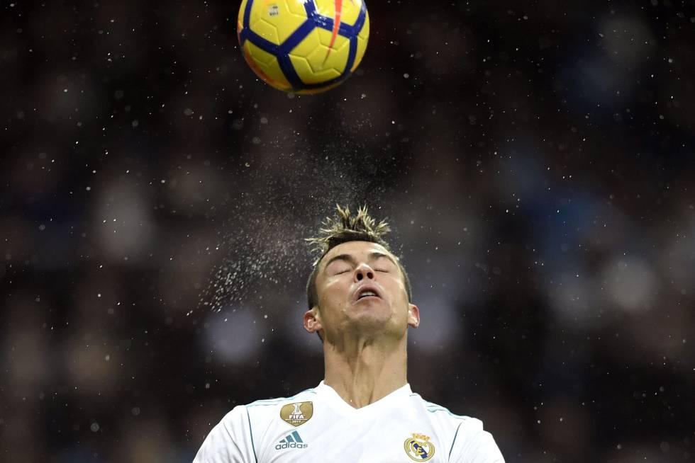 Cristiano, tras golpear el balón con la cabeza.