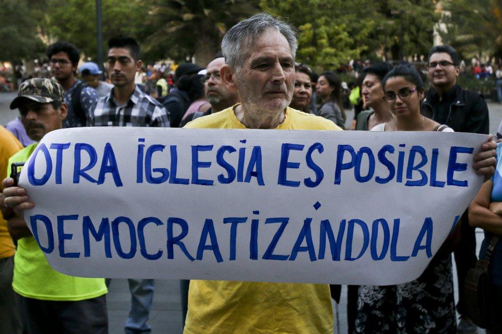 Un miembro del movimiento Laicos de Osorno durante una manifestación contra el Sacerdote Fernando Karadima, y su protegido, el obispo de Osorno, Juan Barros, frente a la Catedral de Santiago en Chile