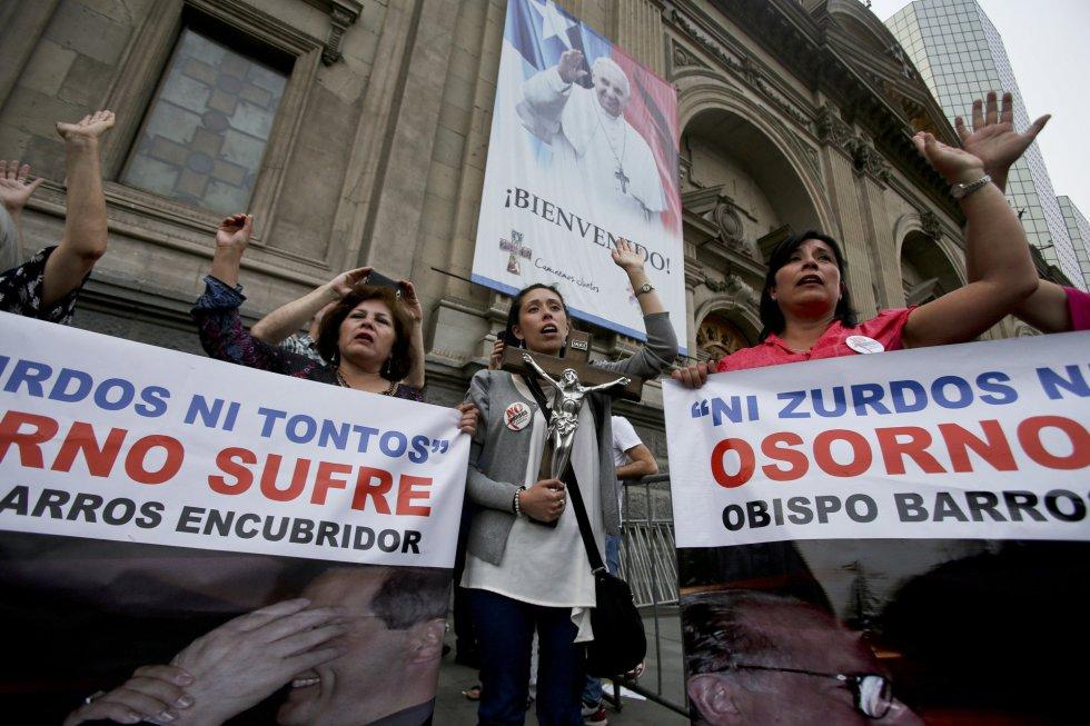 Protestas frente a la Catedral de Santiago contra el Obispo de Osorno por encubrir un escándalo por abuso sexual de menores.