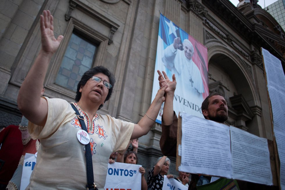Miembros del grupo Laicos de Osorno durante una protesta contra el obispo de Osorno, Juan Barros, y el sacerdote Karadima