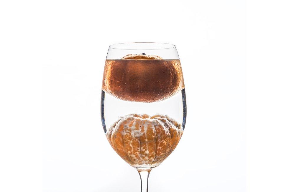 La piel de las naranjas funciona como un flotador, ya que tiene una estructura porosa que alberga burbujas de aire y reduce la densidad de la fruta respecto del agua. Sin embargo, al retirar la piel, la naranja se sumerge hasta el fondo del recipiente. Esta imagen ha sido ganadora de la modalidad general, remunerada con 1.500 euros.