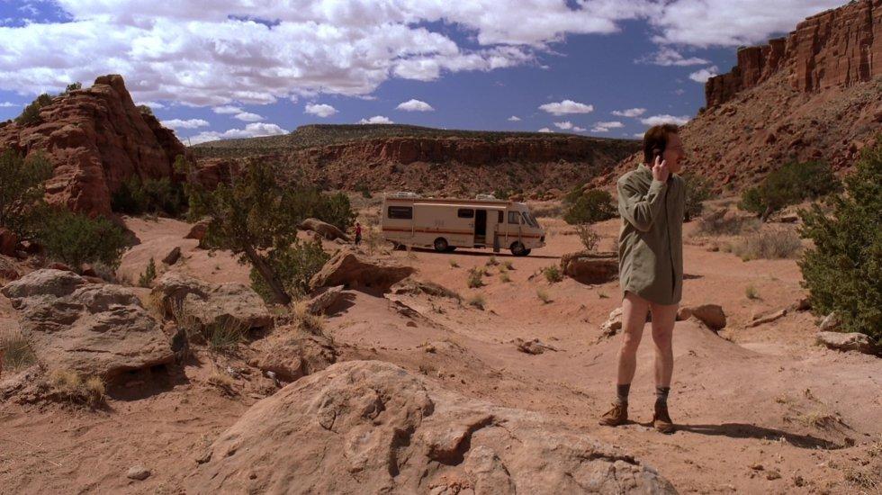 La última escena que grabaron para 'Breaking Bad' no pertenece al último capítulo de la serie, sino al antepenúltimo episodio, el famoso 'Ozymandias'. En un momento dado, la historia viaja a los tiempos en los que Walter y Jesse empezaban a cocinar metanfetamina en la mítica caravana en el desierto de Nuevo México. Ese flashback fue lo último que se rodó, tras lo que el equipo fue a celebrar el final en un bar cercano. La noche terminó con Cranston con un tatuaje del logo de la serie en un dedo.  Dónde ver 'Breaking Bad' . Si todavía no la has visto, te la recomendamos vivamente y en España la tienes al completo tanto en  Movistar +  como en  Netflix .