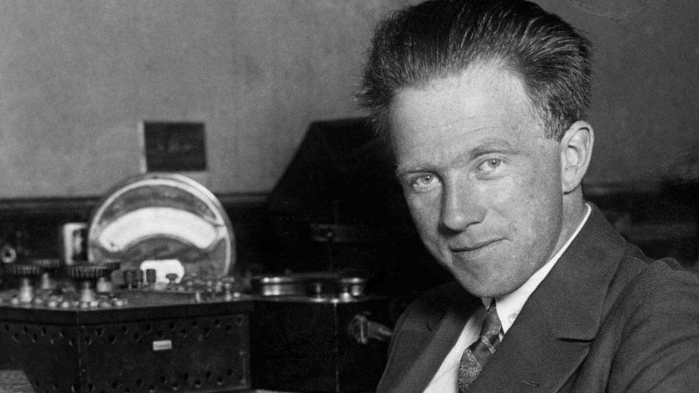 El alter ego de Walter White es Heisenberg, ese ser sin escrúpulos y sin compasión en el que se va transformando poco a poco aquel profesor de química pusilánime del comienzo de la serie. El Heisenberg del que toma su nombre es un físico teórico alemán del siglo XX, Wemer Heisenberg conocido por ser uno de los pioneros de la física cuántica, por lo que recibió el Premio Nobel de Física en 1932. Es conocido por formular el principio de incertidumbre, que afirma que es imposible medir simultáneamente de forma precisa la posición y el momento lineal de una partícula.