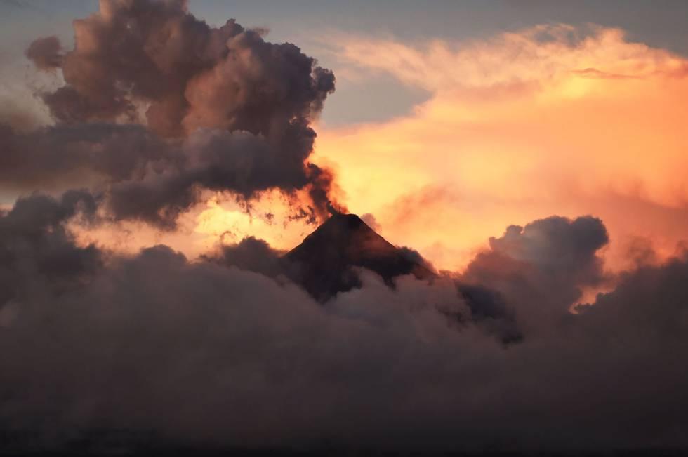 Vista del volcán Mayon desde la ciudad de Legazpi (Filipinas).