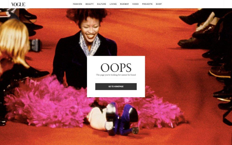 """La influyente publicación de moda 'Vogue' (EE UU) tiene, en su versión digital estadounidense, una página de error muy sencilla, pero que a la vez refleja muy bien lo que es considerado un fallo sobre la pasarela: caerse. La imagen de fondo es Naomi Campbell, tirada en el suelo y con una tranquilizadora sonrisa. La caída de la modelo, que caminaba con unas botas de plataforma kilométrica, tuvo lugar durante un desfile de Vivienne Westwood en París en 1993 (puedes ver el vídeo aquí ). Un sencillo """"Oops"""" quita hierro al asunto. ¿Te has equivocado de página? Haz como Naomi, levántate y sigue navegando."""