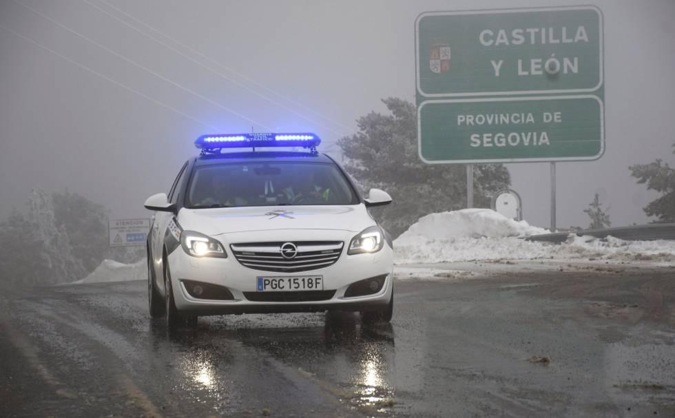 Un coche de la Guardia Civil circula por el Puerto de Navacerrada, en la M-601, el 2 de febrero de 2018.