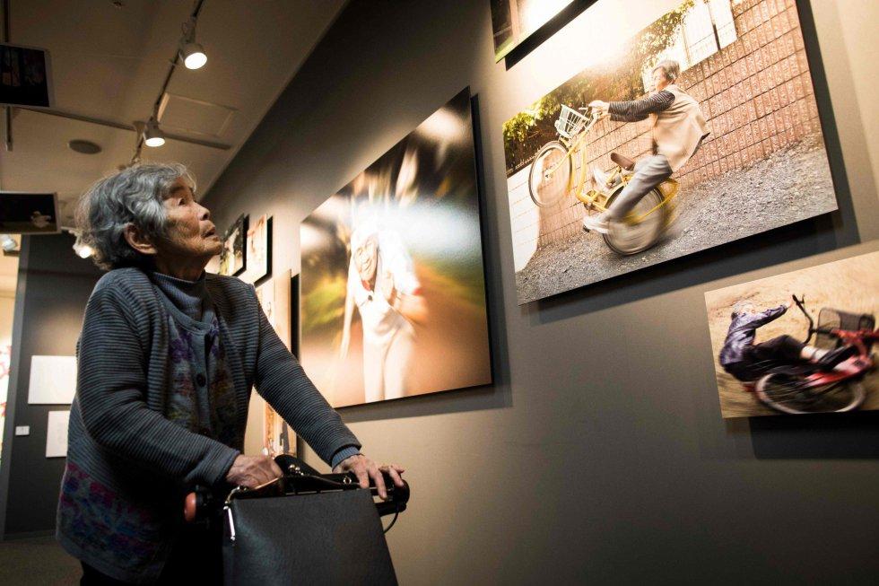 La decisión de empezar a publicar sus imágenes en redes sociales la catapultó a la fama, en apenas dos meses supera los 40.000 seguidores en Instagram. En la imagen, Nishimoto observa algunas de las fotografías que se exhiben en su exposición en una galería de Tokio (Japón).