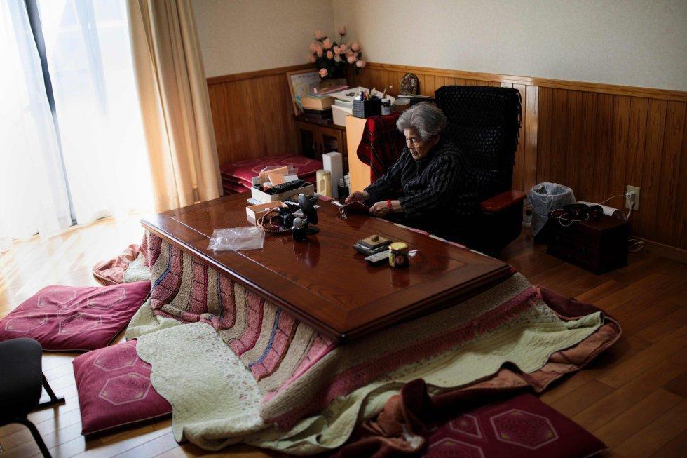 Kimiko Nishimoto revisa su smartphone en su casa de Kumamoto (Japón). La fotógrafa, a sus 89 años, lleva ella misma el control y publicación en sus redes sociales desde su teléfono.