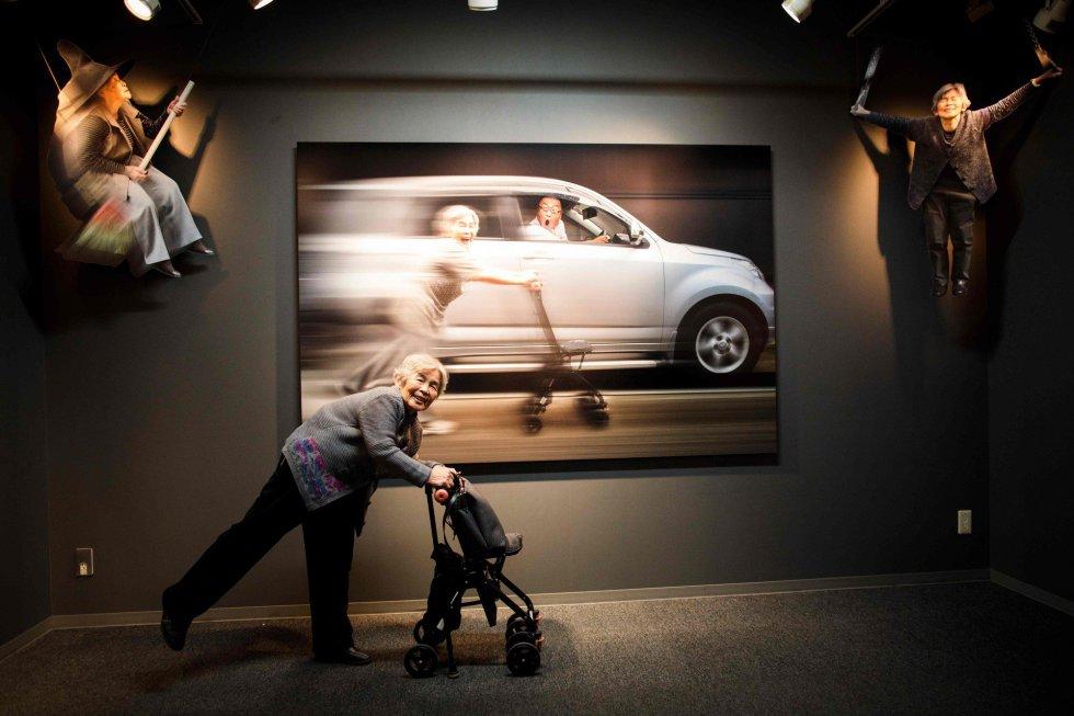 El pasado diciembre, en la ignauguración de su nueva exposición en Tokio (Japón), muchos de sus seguidores se quedaron sin poder entrar por falta de aforo. En la imagen, Kimiko Nishimoto posa delante de una de sus fotografías expuestas en dicha exposición.