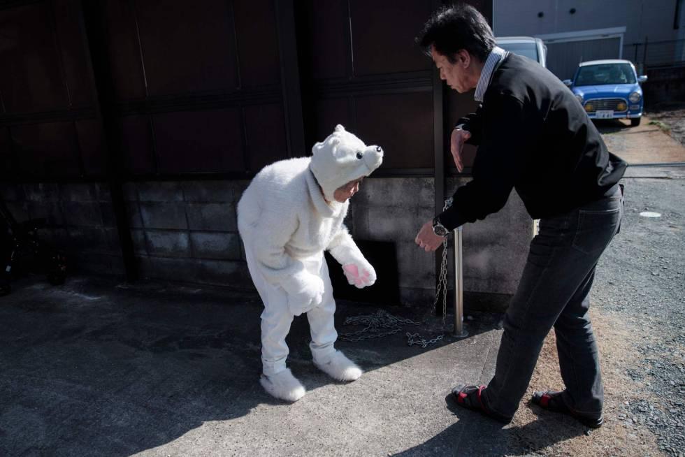 """""""Las ideas no se me ocurren de golpe, siempre que voy a cualquier sitio pienso sobre qué podría ser divertido en ese lugar para disfrazarme"""" asegura la fotógrafa. En la imagen, el hijo de Nishimoto la ayuda a preparar la escena para la sesión fotográfica en Kumamoto (Japón)."""