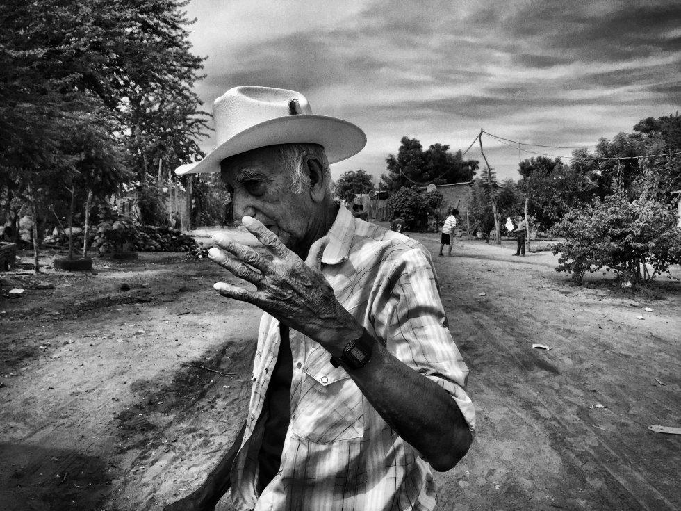 Cecilio Saravia, un anciano de 74 años, vivía en la comunidad El Tecomate, una pequeña ranchería enclavada en la sierra de Sinaloa. Hace cuatro meses se vio obligado a abandonar su casa, cuando los grupos del crimen organizado que operan en la zona se apoderaron de su población y exigieron a los habitantes del lugar que se marcharan.