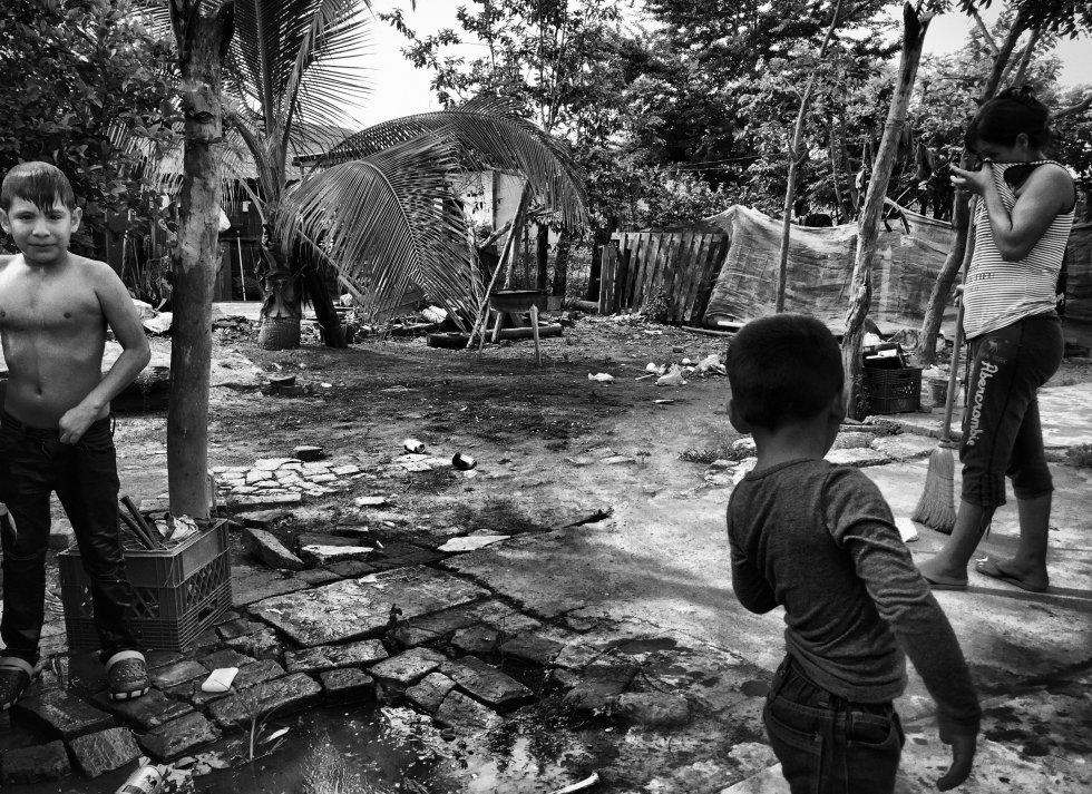 Ante la falta de servicios, los habitantes de Unión se las tienen que ingeniar para realizar las labores más básicas, como en esta imagen donde un niño se lava en la calle ya que en su pequeña casa no cuentan con baño.