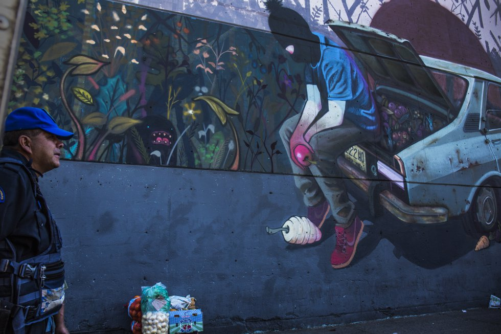 Central de Muros es un proyecto colectivo de intervención urbana, donde participan 16 artistas de distintos estilos y formaciones. La intención del proyecto es crear una atmósfera distinta en un lugar donde la vida diaria transcurre entre miles de transeúntes yendo y viniendo diariamente.