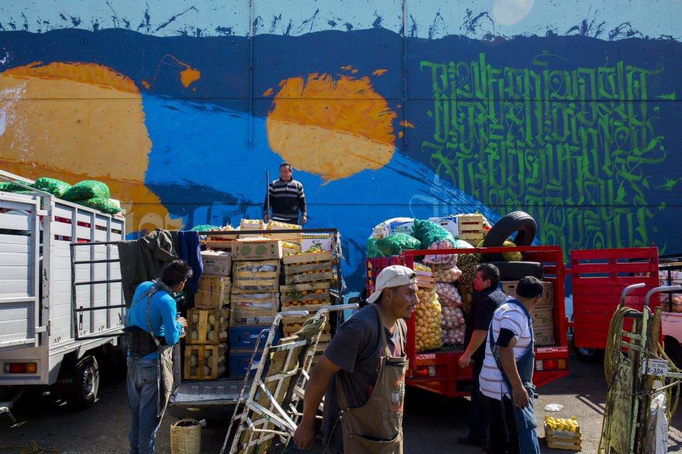En la Central de Abastos se tiene el registro de alrededor de 10.000 trabajadores informales que día con día acuden a buscar un empleo como cargadores de camionetas.