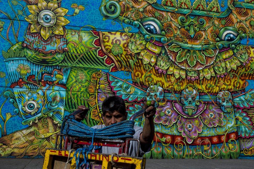 Central de Muros comenzó a finales del año pasado con los artistas Sebastián Romo, Aline Herrera, Aeruz, Pastel, Diana Bama, Senko One, Trash Aeme, Mike Maese, Kenta Torii, el colectivo Meiz, Yael Medrez, Hows, y fue el aniversario número 35 del mercado lo que motivo la creación de este proyecto.