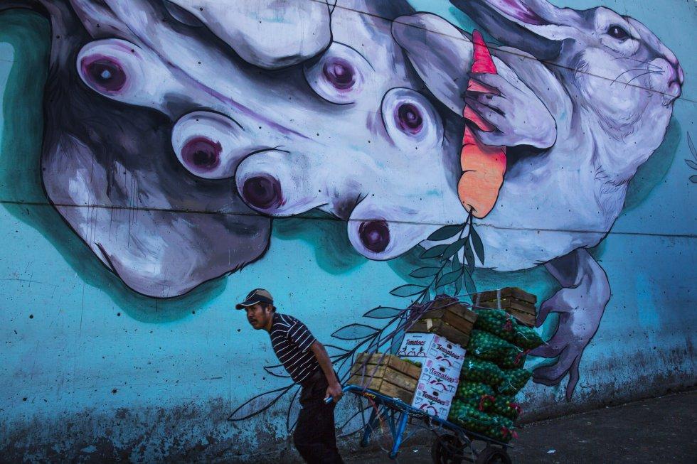 Cada mural mide 20 metros de largo y se ubican en los alrededores de las bodegas. Ell mural de la artista Diana Bama combina el estilo de sus personajes con el entorno del mercado capitalino, uno de los más grandes de América Latina.