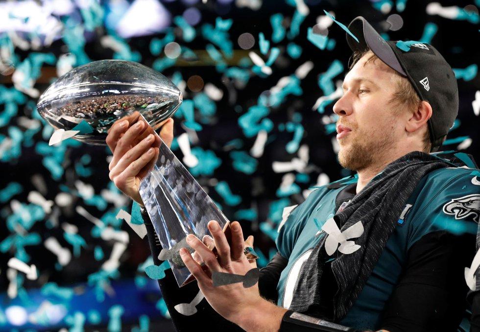 Nick Foles de los Philadelphia Eagles celebra con el trofeo Vince Lombardi el que su equipo haya ganado la Super Bowl 52.