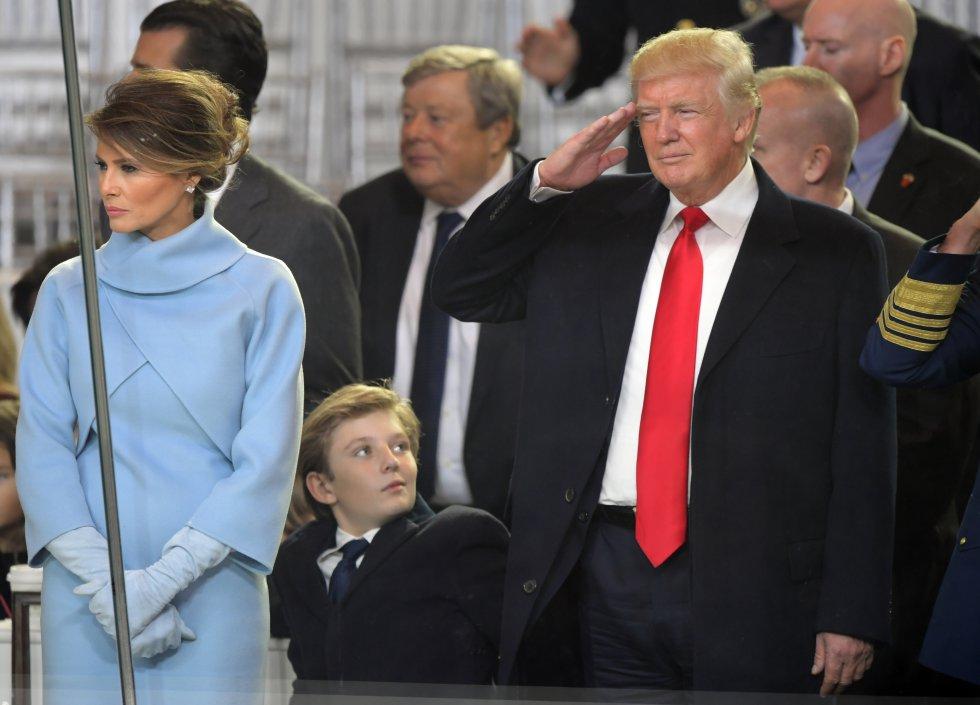 Otra imagen del matrimonio Trump que pasará a la historia de los desplantes de la primera dama fue durante el acto de toma posesión de Trump, el 20 de enero de 2017, cuando ambos se dedicaron una mirada. Ella le sonrió mientras aplaudía y él agradeció el apoyo, pero cuando el presidente se giró, el rostro de Melania Trump cambió drásticamente y su sonrisa dio paso a un rictus serio.