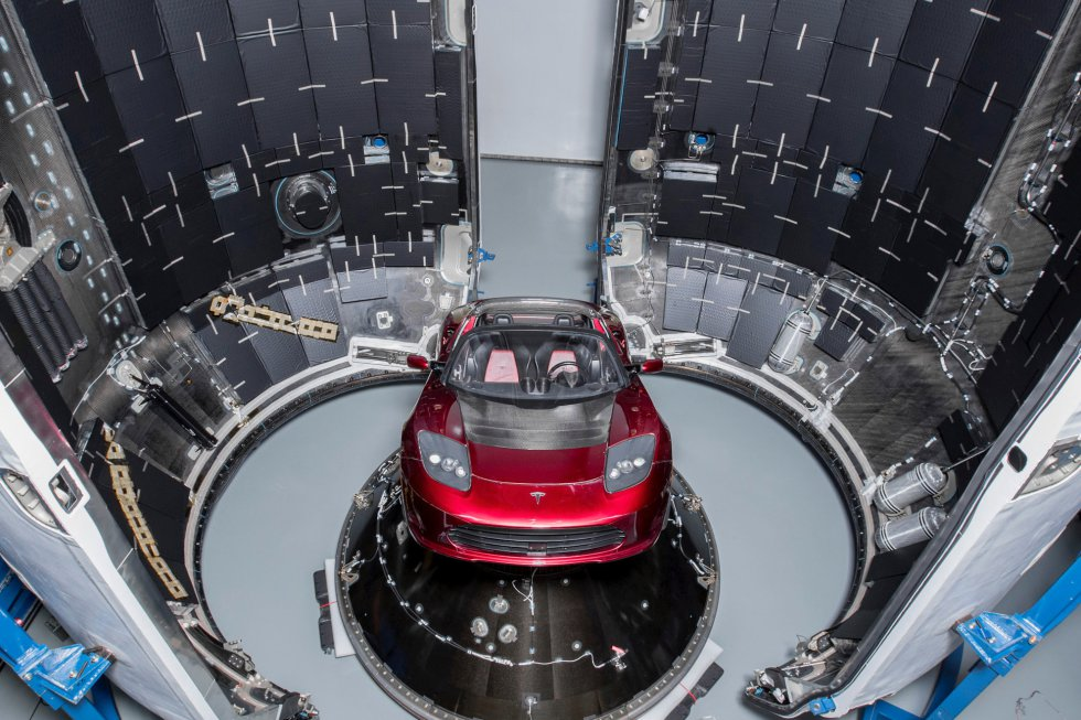 Un Tesla Roadster durante los preparativos del lanzamiento del cohete SpaceX Falcon Heavy, en Cabo Cañaveral, Florida, EE. UU, que será utilizado como una carga útil ficticia para el lanzamiento del mismo.
