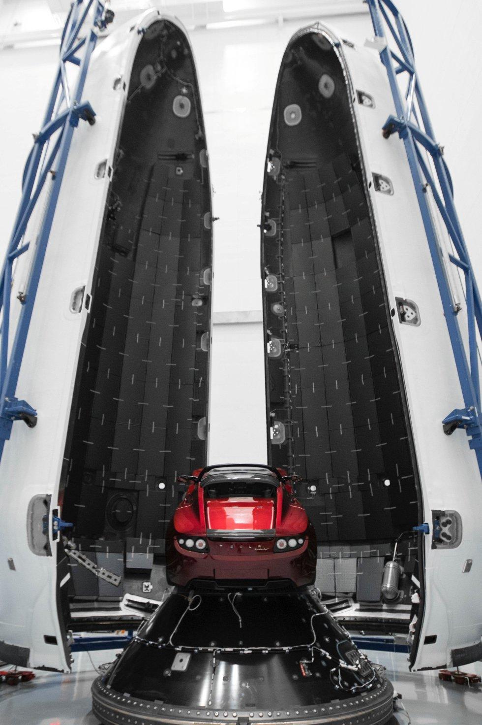 El Tesla Roadster junto al cohete Falcon Heavy rocket en Cabo Cañaveral.