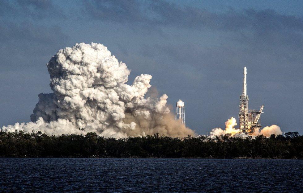 Fotografía del cohete Falcon Heavy despegando hoy, martes 6 de febrero de 2018, desde Cabo Kennedy, en Florida, EE.UU.