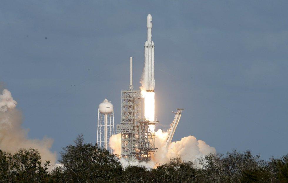 El Falcon Heavy pretende convertirse en el cohete más poderoso del mundo en operación, capaz de transportar personas a la Luna o a Marte algún día.