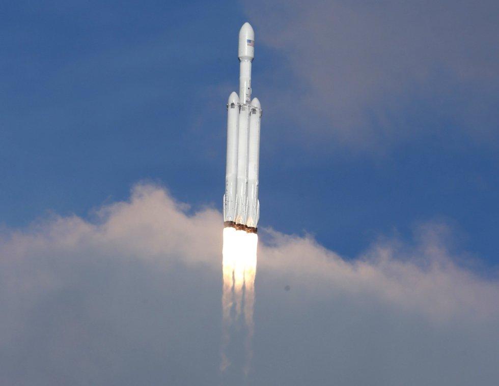 El gigantesco cohete Falcon Heavy, de la empresa privada SpaceX, inició hoy su primer vuelo, que sitió en el espacio un automóvil eléctrico Tesla, y logró además el objetivo de recuperar sus tres impulsores.