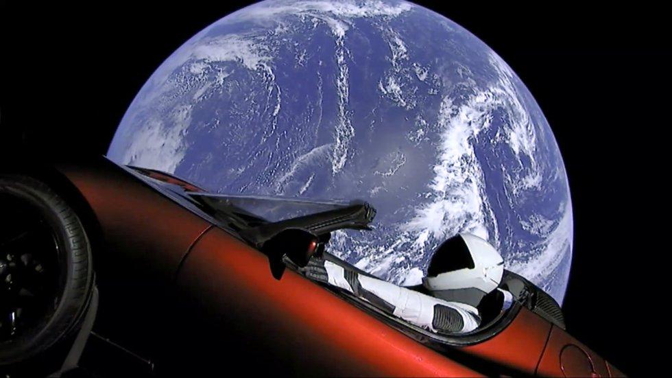 Esta imagen del video proporcionada por SpaceX muestra el deportivo Tesla que fue lanzado al espacio.