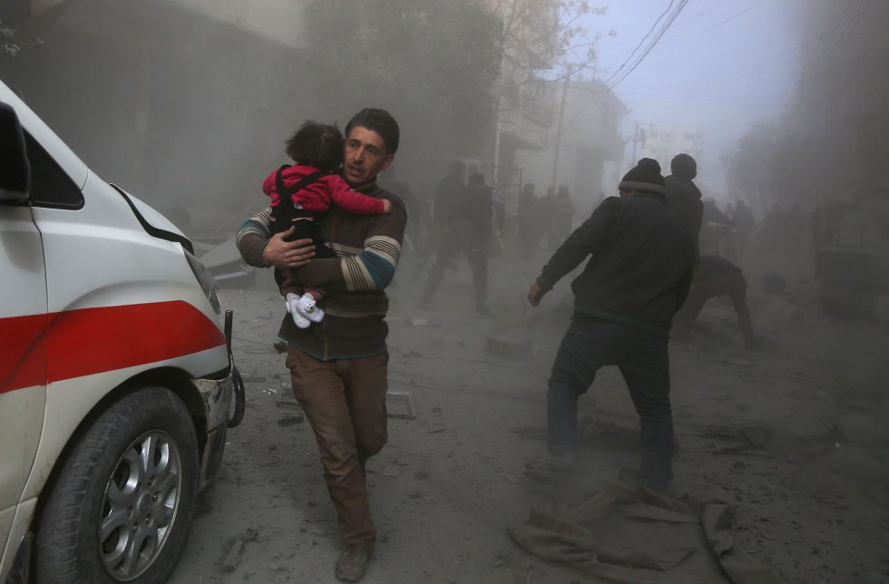 La situación que vive la población en el enclave opositor de Ghuta y en zonas como Idlib o Afrin es tan violenta que el Consejo de Seguridad de Naciones Unidas se plantea negociar un alto el fuego humanitario de un mes que permita evacuar a los cientos de enfermos y heridos que se encuentran atrapados en las zonas donde se han intensificado los ataques. En la imagen, civiles huyen de los bombardeos en Ghuta, el 8 de febrero de 2018.