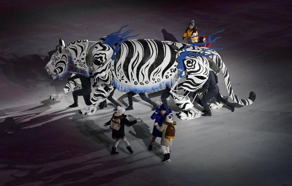 Artistas realizan una performance durante la ceremonia de inauguración de los Juegos Olímpicos de Invierno 2018, el 9 de febrero de 2018.