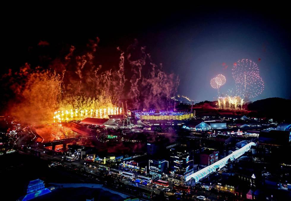 Vista general de los fuegos artificiales en el estadio de PyeongChang durante la ceremonia de inauguración de los Juegos Olímpicos de Invierno 2018.