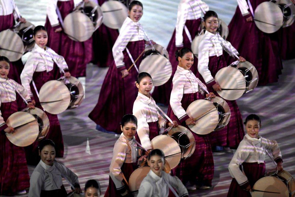 Artistas durante una actuación en la ceremonia de inauguración de los Juegos Olímpicos de PyeongChang 2018, el 9 de febrero de 2018.
