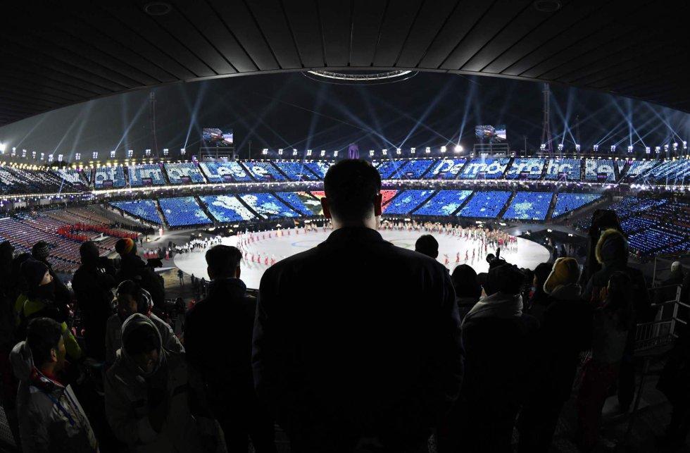 El jugador de baloncesto, Yao Ming (China), viendo la ceremonia de inauguración de los Juegos Olímpicos de Invierno 2018, el 9 de febrero de 2018.