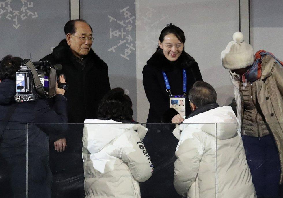 El presidente de Corea del Sur, Moon Jae-in (abajo a la derecha), saluda a Kim Yo Jong, la hermana del líder norcoreano Kim Jong Un, durante la ceremonia de ignauguración de los Juegos Olímpicos de Invierno 2018 en Pyeongchang.