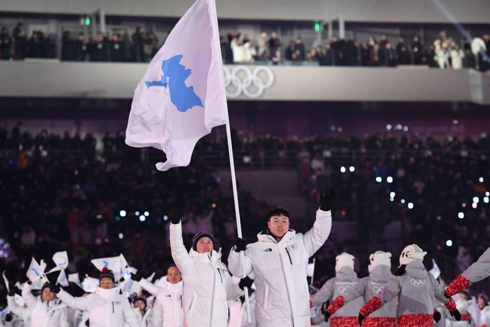Los abanderados de las dos Coreas desfilan juntos con la bandera de una Corea unificada durante la ceremonia de inauguración de los Juegos Olímpicos de Invierno de Pyeongchang 2018, el 9 de febrero de 2018.