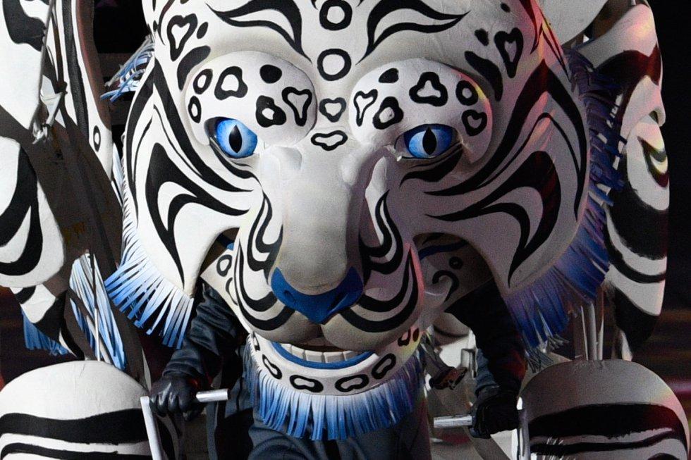 Una figura de un tigre en el escenario durante la ceremonia de los Juegos Olímpicos de Invierno 2018 en Pyeongchang, el 9 de febrero de 2018.