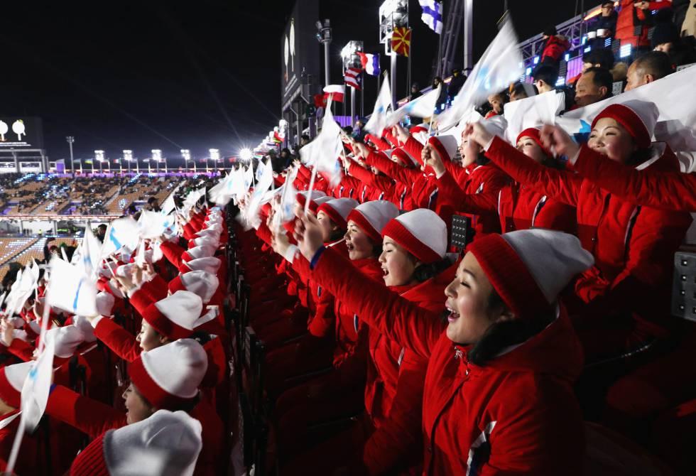 Las animadoras de Corea del Norte corean desde la grada durante la ceremonia de inauguración de los Juegos Olímpicos de Invierno 201, en Pyeongchang, el 9 de febrero de 2018.