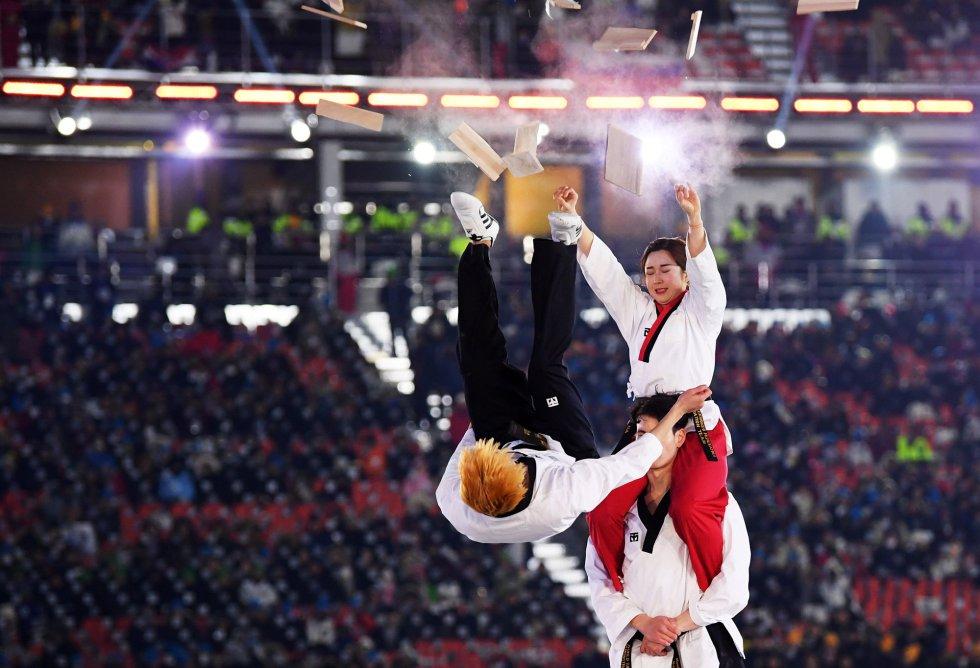 Actuaciones durante la ceremonia de inauguración de los Juegos Olímpicos de Invierno 2018 en el estadio olímpico de Pyeongchang, el 9 de febrero de 2018.