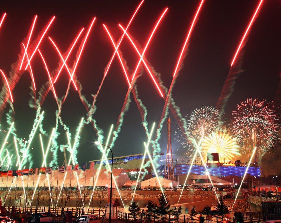 Fuegos artificiales durante la ceremonia de inauguración de los Juegos Olímpicos de Invierno 2018 en el estadio olímpico de Pyeongchang, el 9 de febrero de 2018.